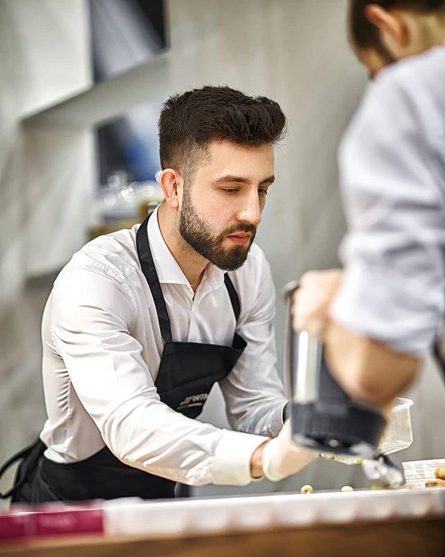 Reportage Photo: @justyna_pankowska Chef @lukasz_kawaller_chef for @maxfliz and @smeg_polska in @spodekkatowice . . #katowice #wrocław #livecook #chef #food #fotoreportaż #event #warszawa #cooking #4design #4designdays #fotograf #white