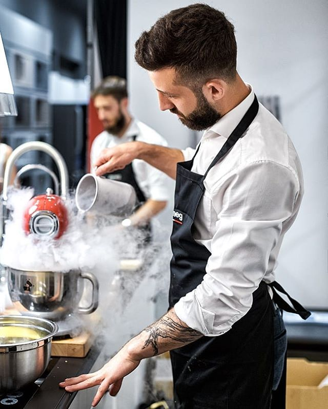 Reportage Photo: @justyna_pankowska Chef @lukasz_kawaller_chef for @werkmebel and @smeg_polska in @domargaleriawnetrz  #wrocław #domargaleriawnetrz #kitchen #design #smeg #werkmebel #cooking #gotowanie #chef #pyszne