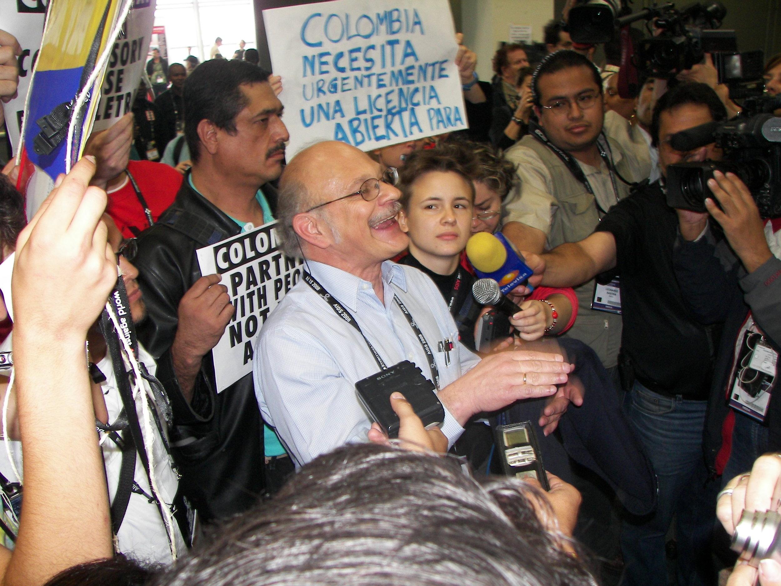 Marcha ciudadana para solicitar la licencia obligatoria sobre la patente de un medicamento esencial en el tratamiento del VIH - Conferencia Internacional de VIH / SIDA - México, 2008
