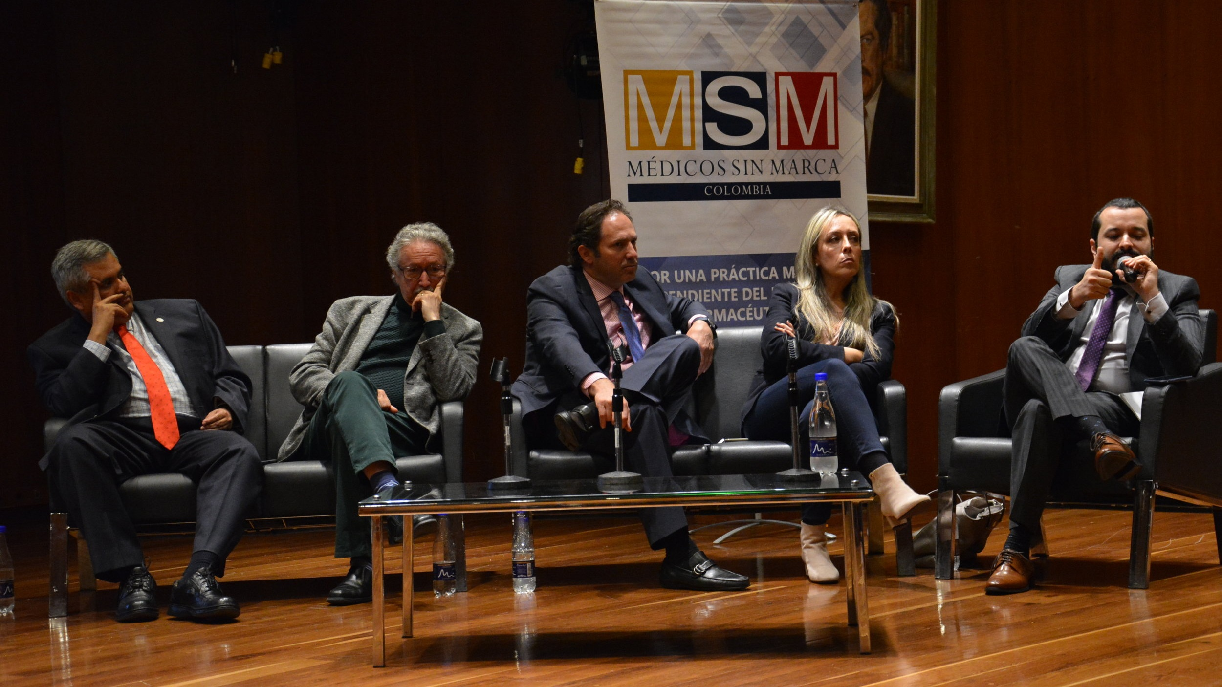 De izquierda a derecha: Hernán Aponte, Sergio Isaza, Alejandro Jaramillo, Lilian Torregrosa y Aurelio Mejía, en desarrollo del foro.