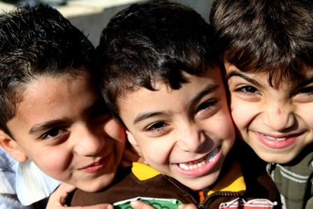 صورة ثلاثة أطفال في مخيم صبرا وشاتيلا للاجئين الفلسطينيين في لبنان
