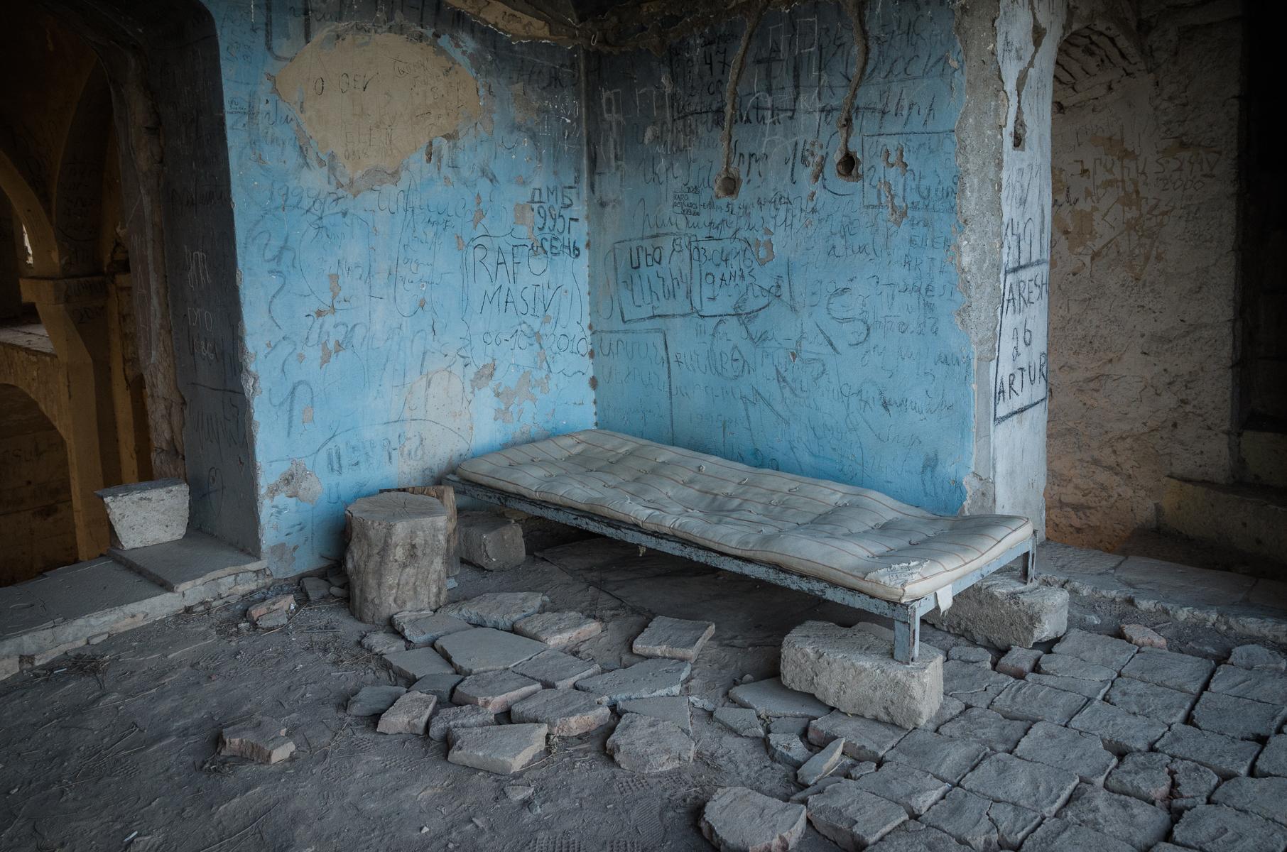 Bett in der Moschee von Agdam.