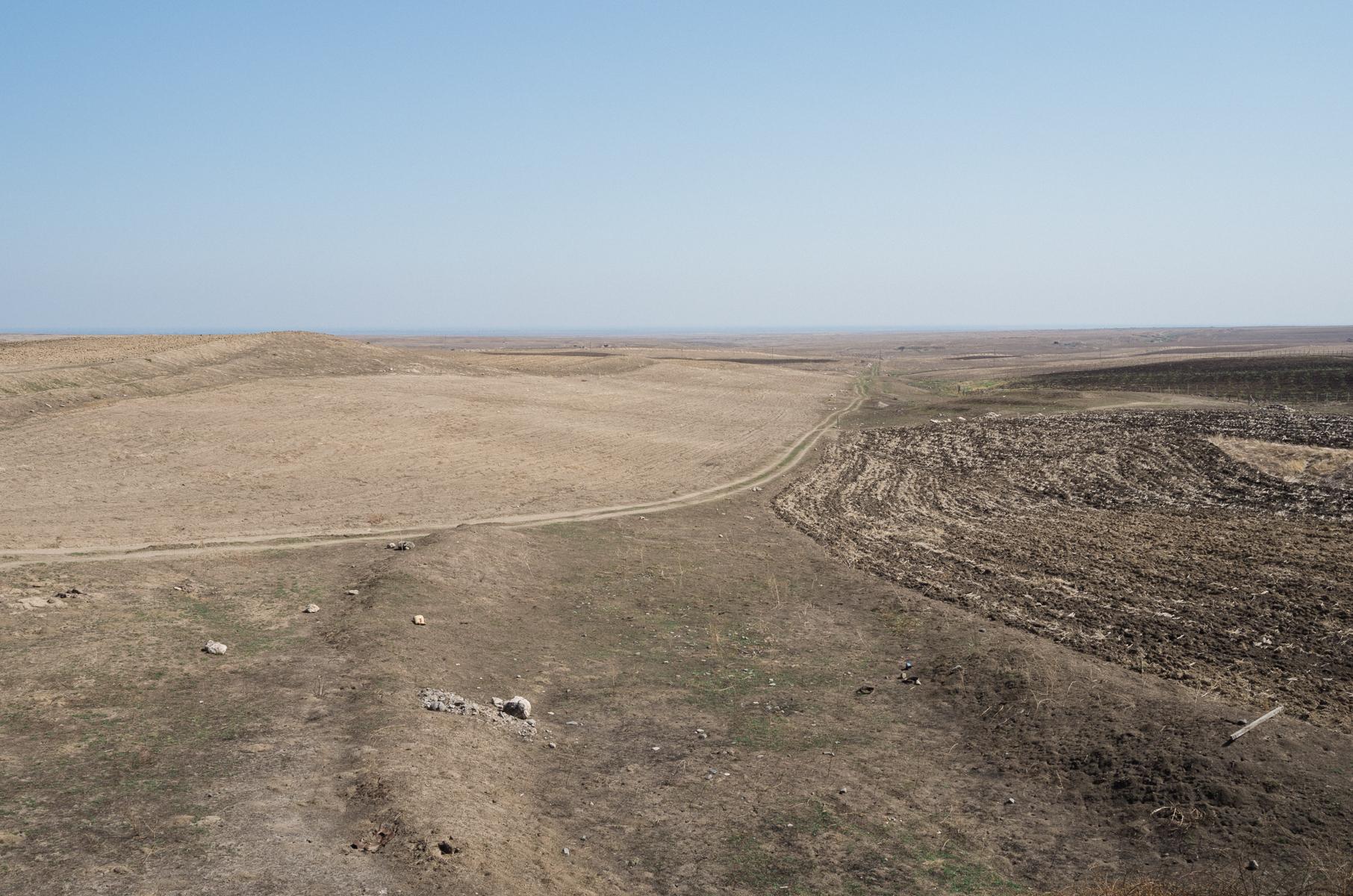 Ein Feldweg in Richtung Aserbaidschan. Tigranakert