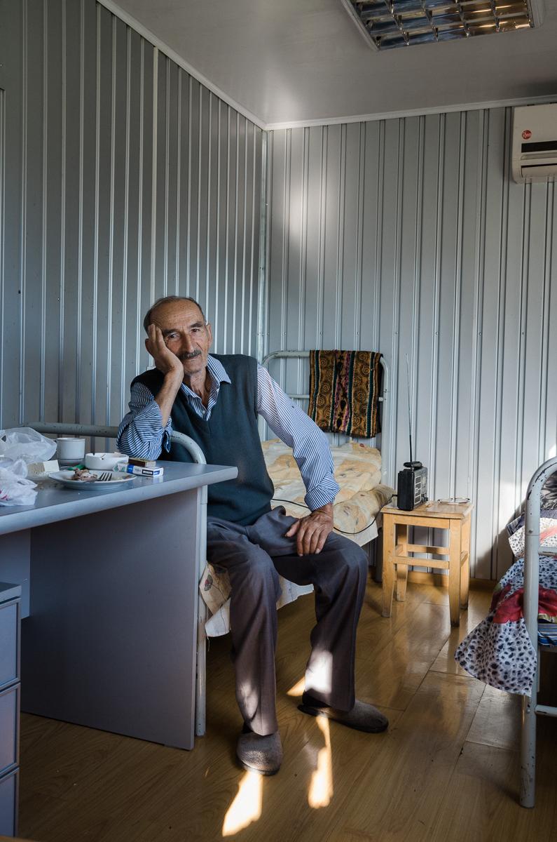 Aram [84] arbeitet trotz seines hohen Alters noch immer als Aufseher einer Schürfgrube. An diesem Morgen lud er uns zum Frühstück in seinen Container ein. Es gab Brot, Käse, Brathendl, Kaffee und natürlich Vodka.