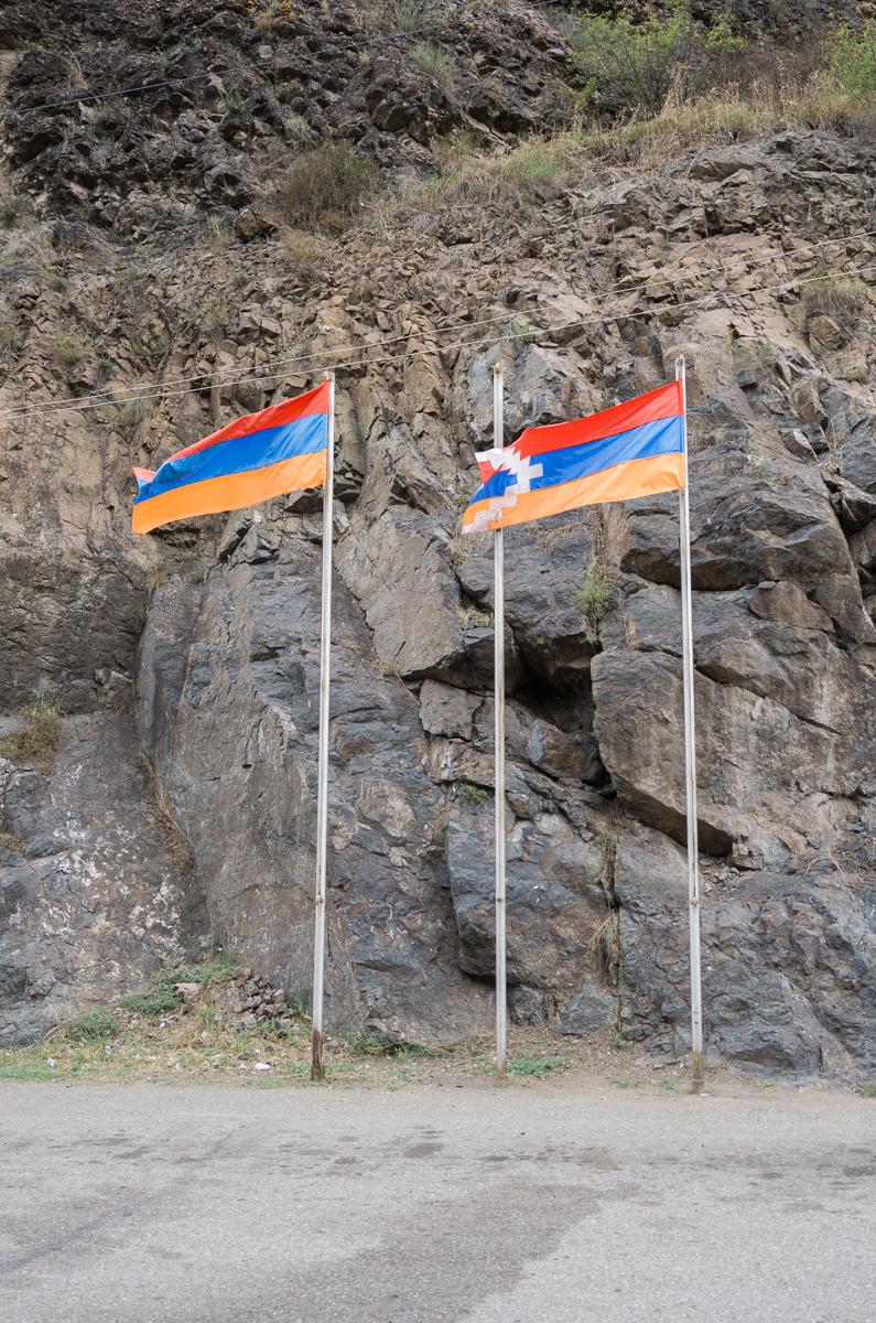 Die Flaggen von Armenien und Nagorno Karabakh, südliche Grenzstation zu Armenien