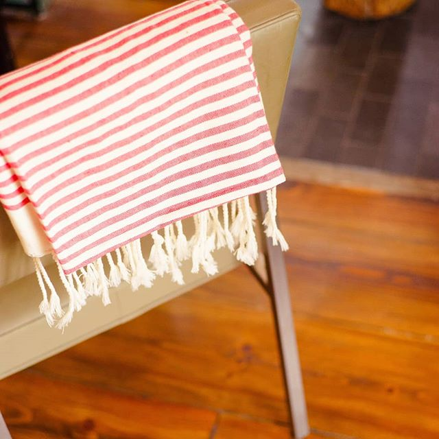 Sur un sofa ou un fauteuil, les foutas @matdemisaine_officiel réchaufferont votre déco avec leurs couleurs d'été. De quoi adoucir votre hiver en vous rappelant les longues soirées estivales et les pique-niques en plein air ! Plusieurs coloris sont dispo sur la boutique en ligne. Lien dans la bio