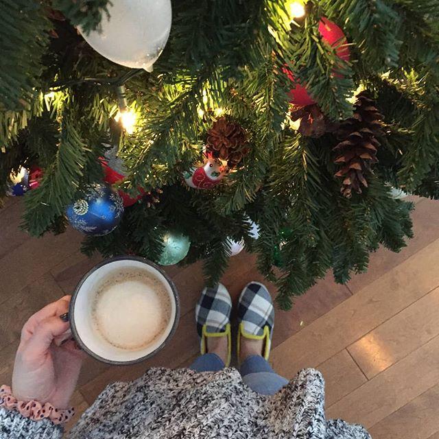Recette d'un bon dimanche : un bon café, les pieds bien au chaud dans les charentaises @ets_rondinaud et un sapin de Noël pour l'ambiance temps des fêtes 🎄 📷 @katrinedelorme