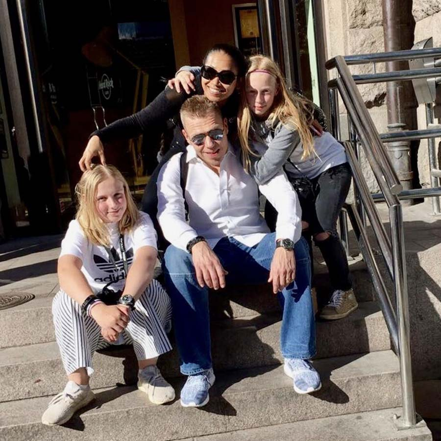 It's a crazy, wonderful life! - I'm married to Konkanya and together we do our best to look after three girls in various sizes, from 2005 and 2006 to 2009