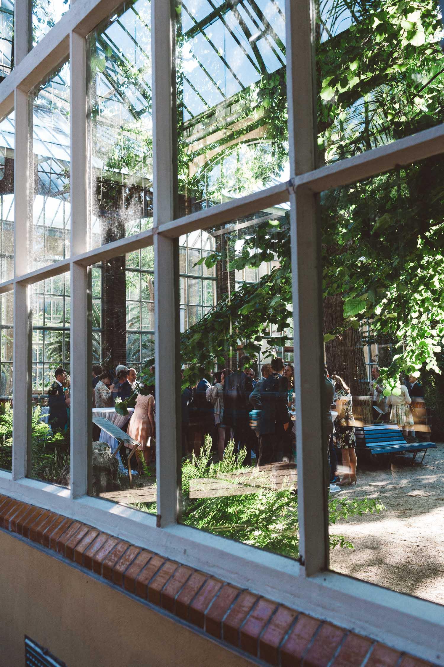 Wedding-photography-trouwfotografie-huwelijksfotograaf-Hortus-Botanicus-Amsterdam-On-a-hazy-morning-20.jpg