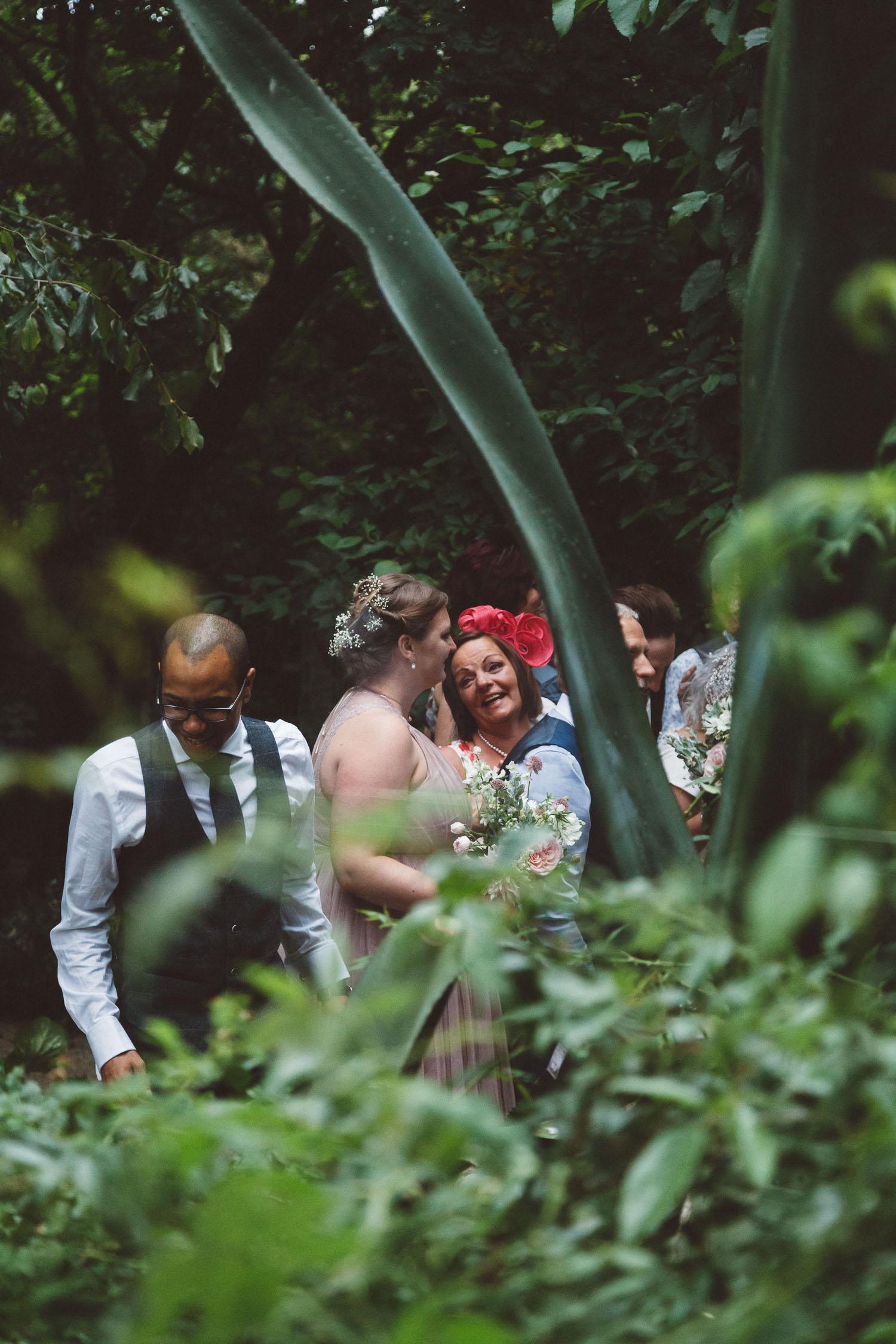 Wedding-Bethan-and-Mike-Hortus-Botanicus-photography-On-a-hazy-morning-Amsterdam250.jpg