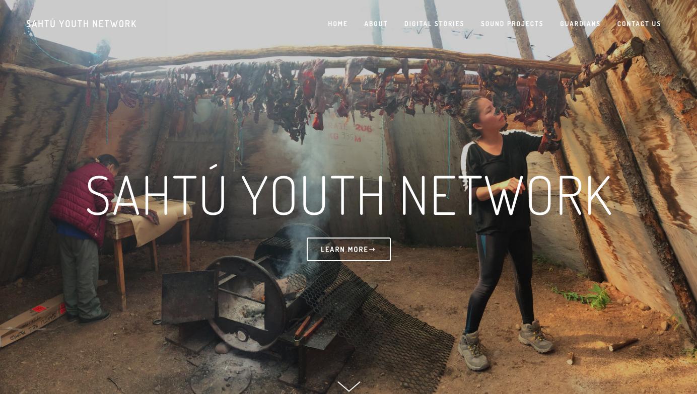 """Narration digitale avec des jeunes autochtones et aînés - Le """"Sahtú Renewable Resources Board"""" est une organisation situé dans la région du Sahtú, dans les Territoires du Nord-Ouest, offrant aux jeunes et aux adultes une occasion unique de se familiariser avec l'histoire, la culture, les modes de vie traditionnels et modernes des Dénés. Hands On Media Education a été invité à développer et à dispenser une formation en éducation aux médias à des centaines de jeunes, d'adultes et d'aînés participants au cours des deux dernières années dans le cadre de projets de recherche et de camps à la lumière.Jessie travaille actuellement avec une jeunesse du Sahtú pour créer un centre en ligne appelé «Sahtú Youth Network», qui hébergera des projets de médias numériques créés par des jeunes de la région. Le site sera disponible septembre 2019."""
