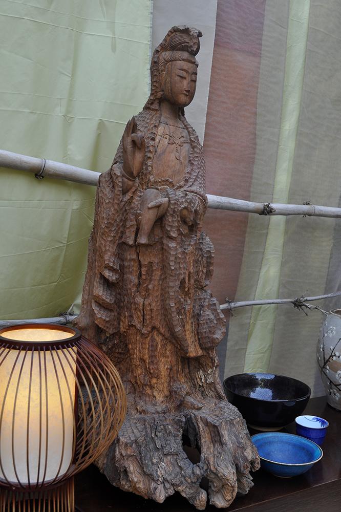 Tranquilidade Esculpida: escultura esculpida de madeira, Kannon Bosatsu
