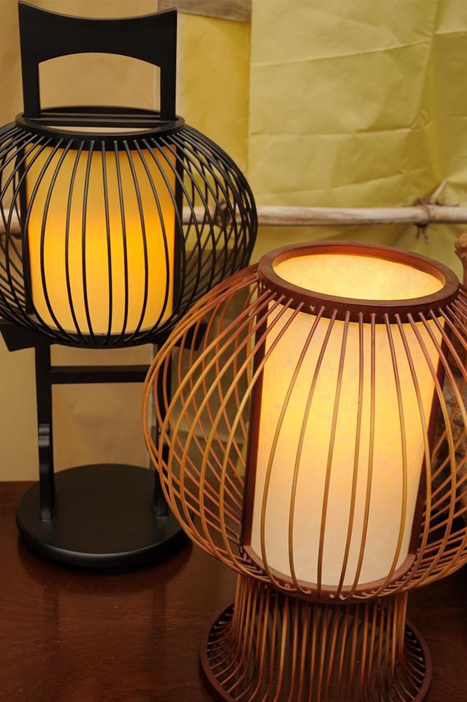 Lanternas japonesas, em madeira e lacada a preto