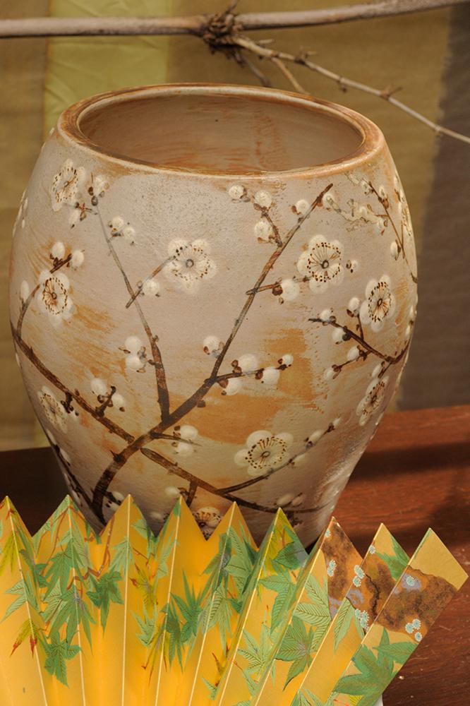 Cerejeira em Flor: Vaso em cerâmica, pintura hakeme, decoração com flores de amendoeira