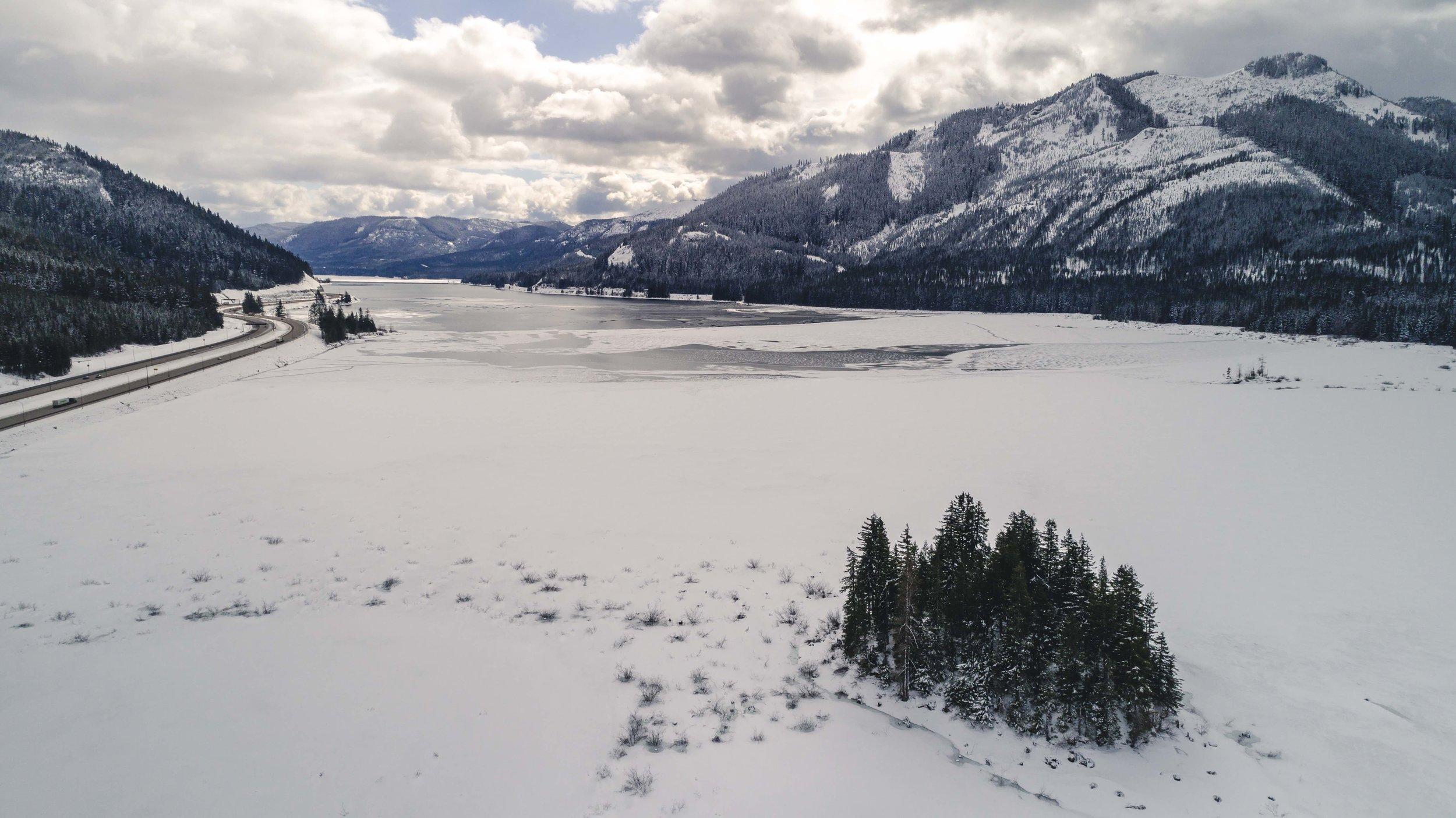 Snowy_Frozen_Keechelus_Lake_in_Pacific_Northwest_WEB.jpg