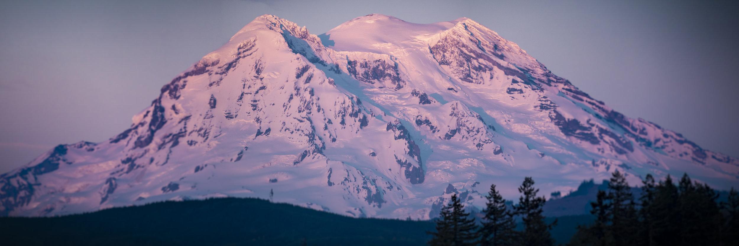 Mt_Rainier_Sunset_Panorama_Blurry_Vignette_Zoom.jpg