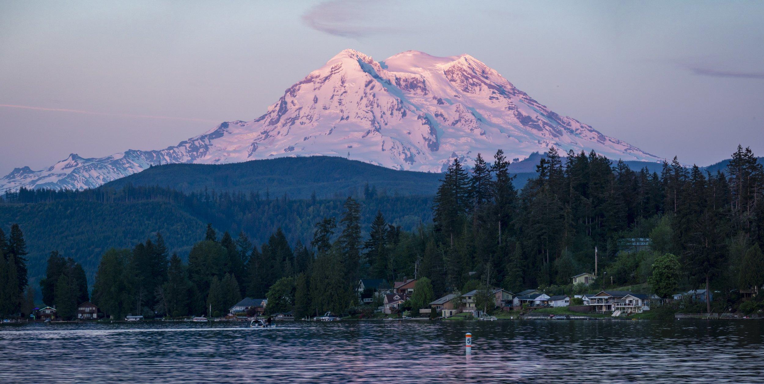 Mt_Rainier_Sunset_on_Clear_Lake.jpeg