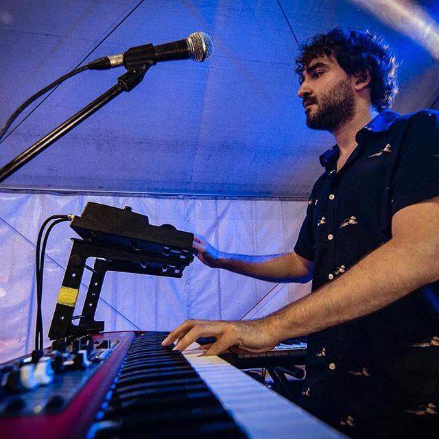 Moment de buit existencial durant un concert de @bandidos_perversions Ens podeu veure el proper dia 15 a Manlleu i el 17 a All. .... -I el teu projecte? Estem aquí pel teu projecte! -Tenim una preestrena del nou disc confirmada pel setembre. Properament nous detalls. 😉 📸 @xeviplanasfotografia  #coverband #keyboardist #nordelectro #microkorg #musician #musiclife