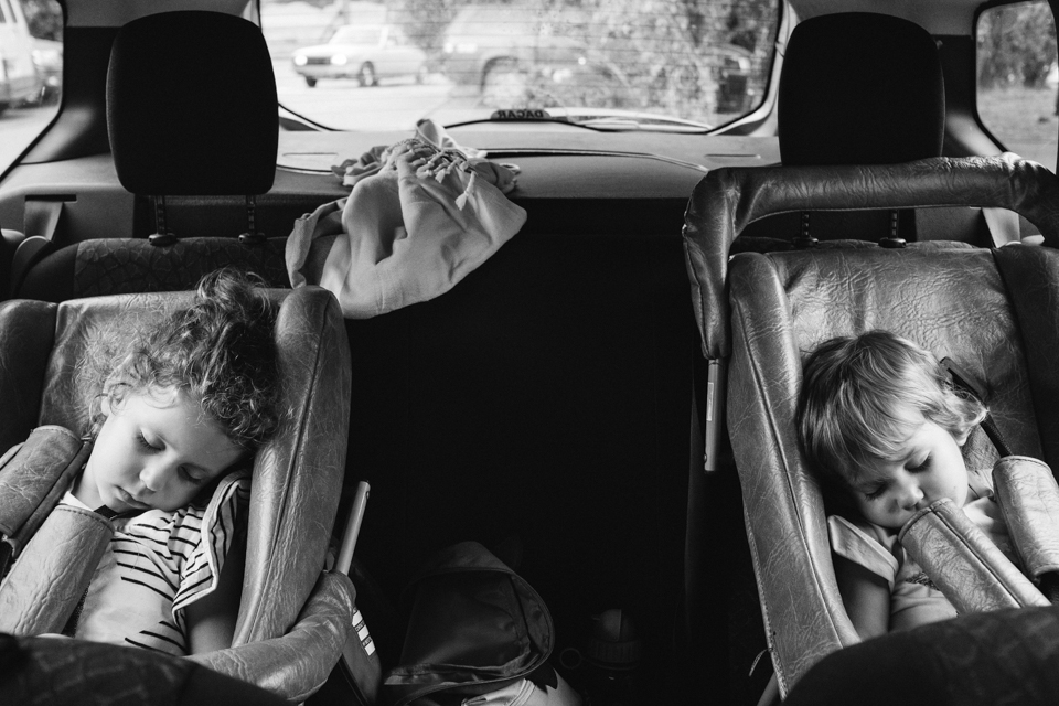 Dos ninas asleep in their baby seats