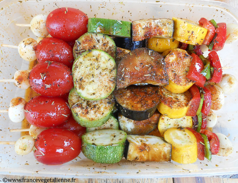 Brochettes de légumes en train de mariner
