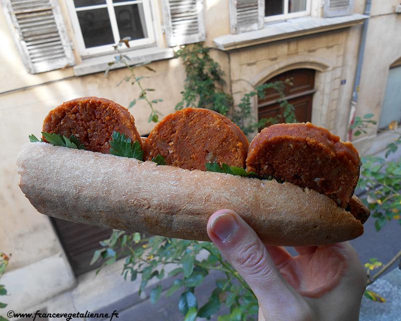 Saucisson à l'ail en sandwich (végétarien)