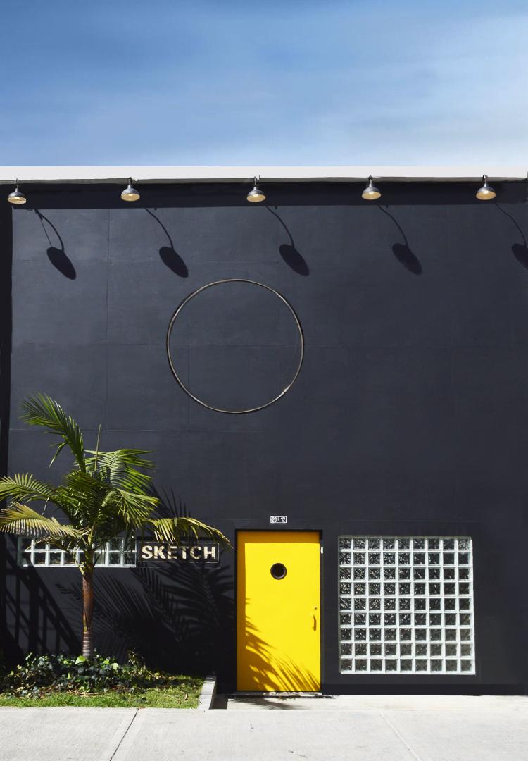 """CON LA PUNTA DEL DEDO, 2015  Exhibición individual, vista de fachada.  """"Con la punta del dedo""""   Escultura en bronce   Ø 1 00 x 160 cm   2015"""