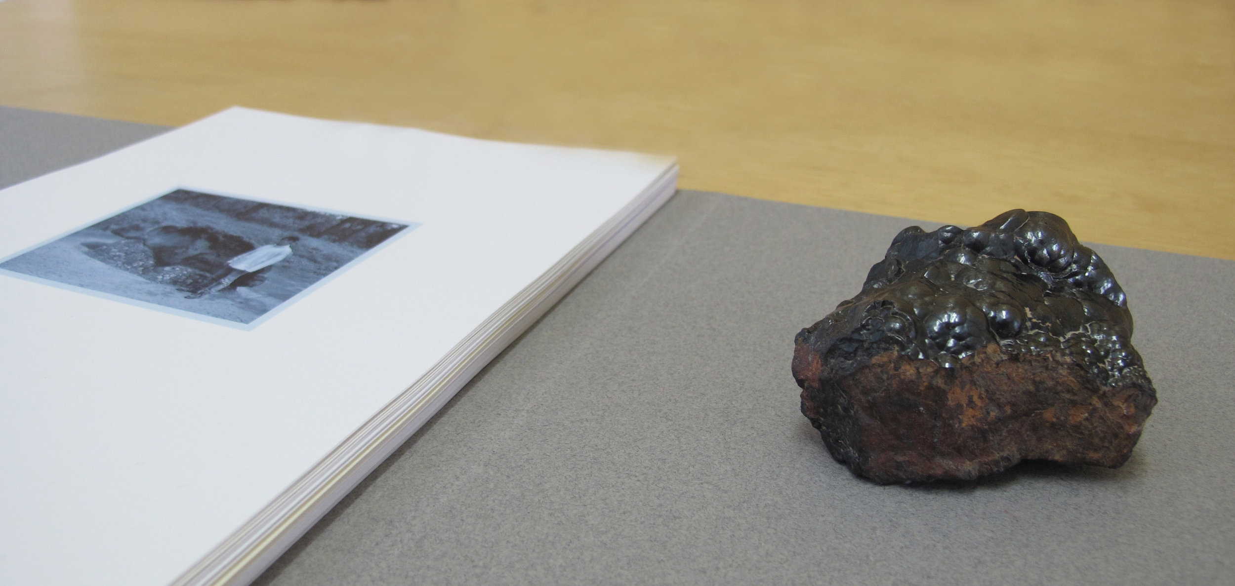 """""""Caídos del cielo""""   impresión digital + piedra Goetita Ematite   Impresión: 17 x 20,7 cm ; Piedra: 4,5 x 4 x 4 cm   Serie de 61 impresiones   2015"""