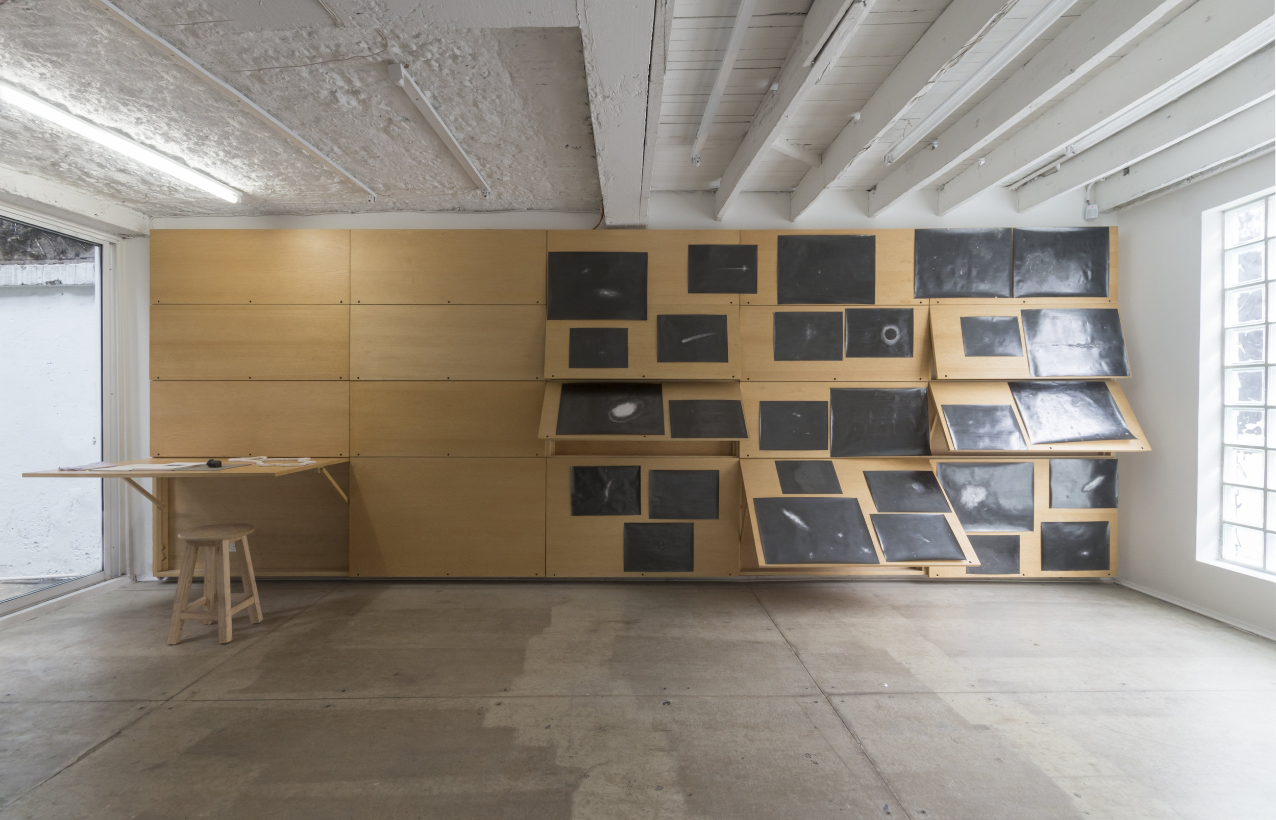 """CONLA PUNTA DEL DEDO, 2015  Exhibición individual, vista de sala de primer piso.  """"Las visiones de Caroline Herschel""""   Grafito sobre papel   15 de 59,4 x 42 cm ; 18 de 29,7 x 42 cm ; 5 de 25 x 35 cm   2015"""