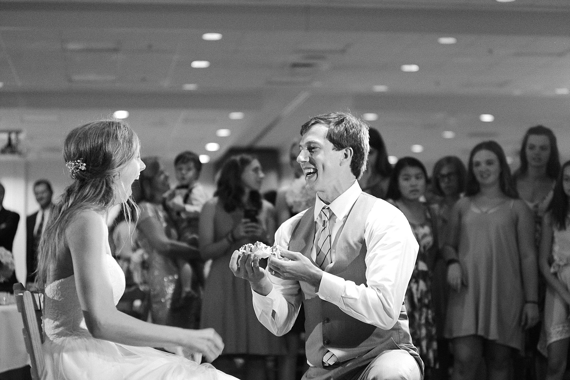groom-garter-toss