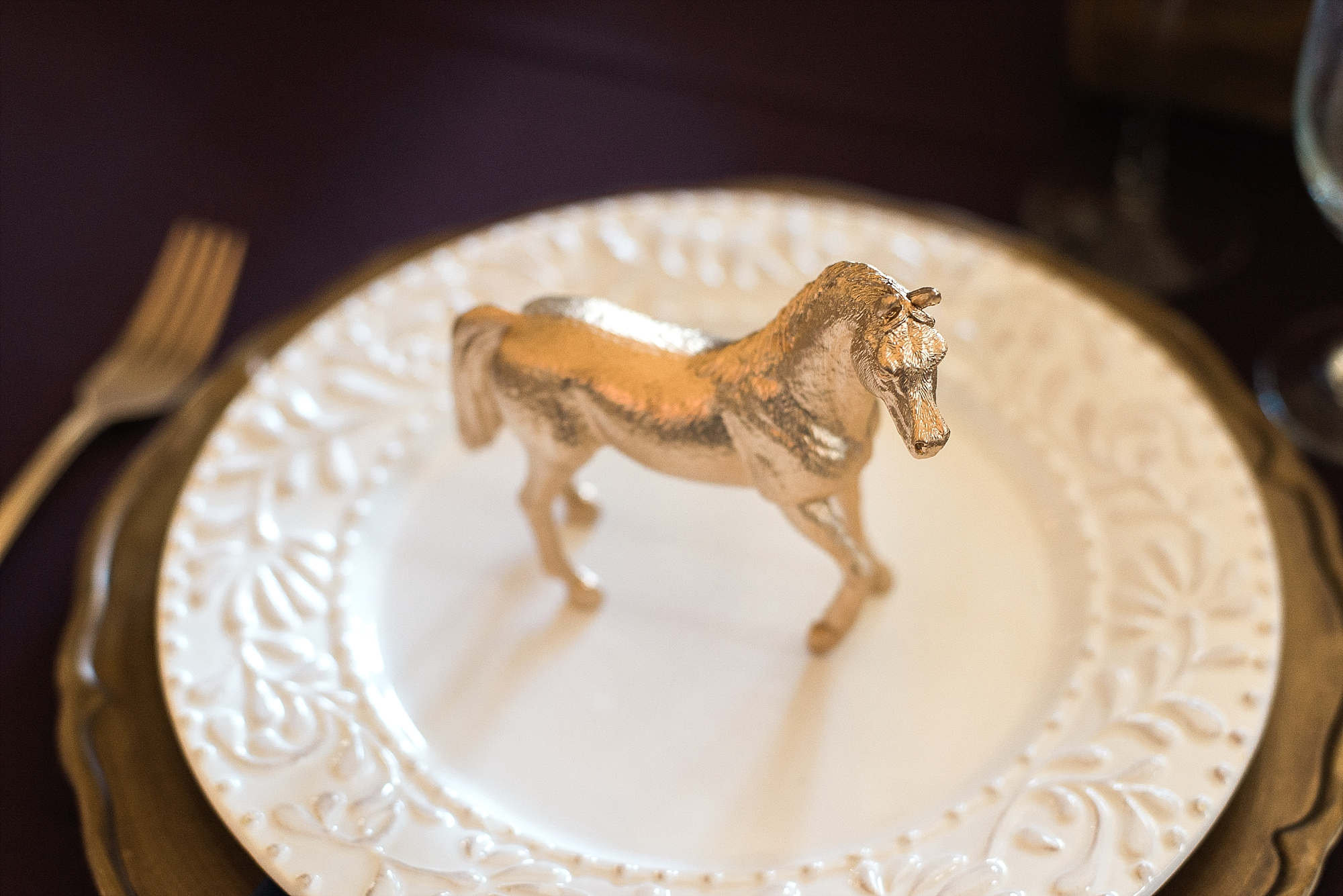 gold-horse-plate-setting