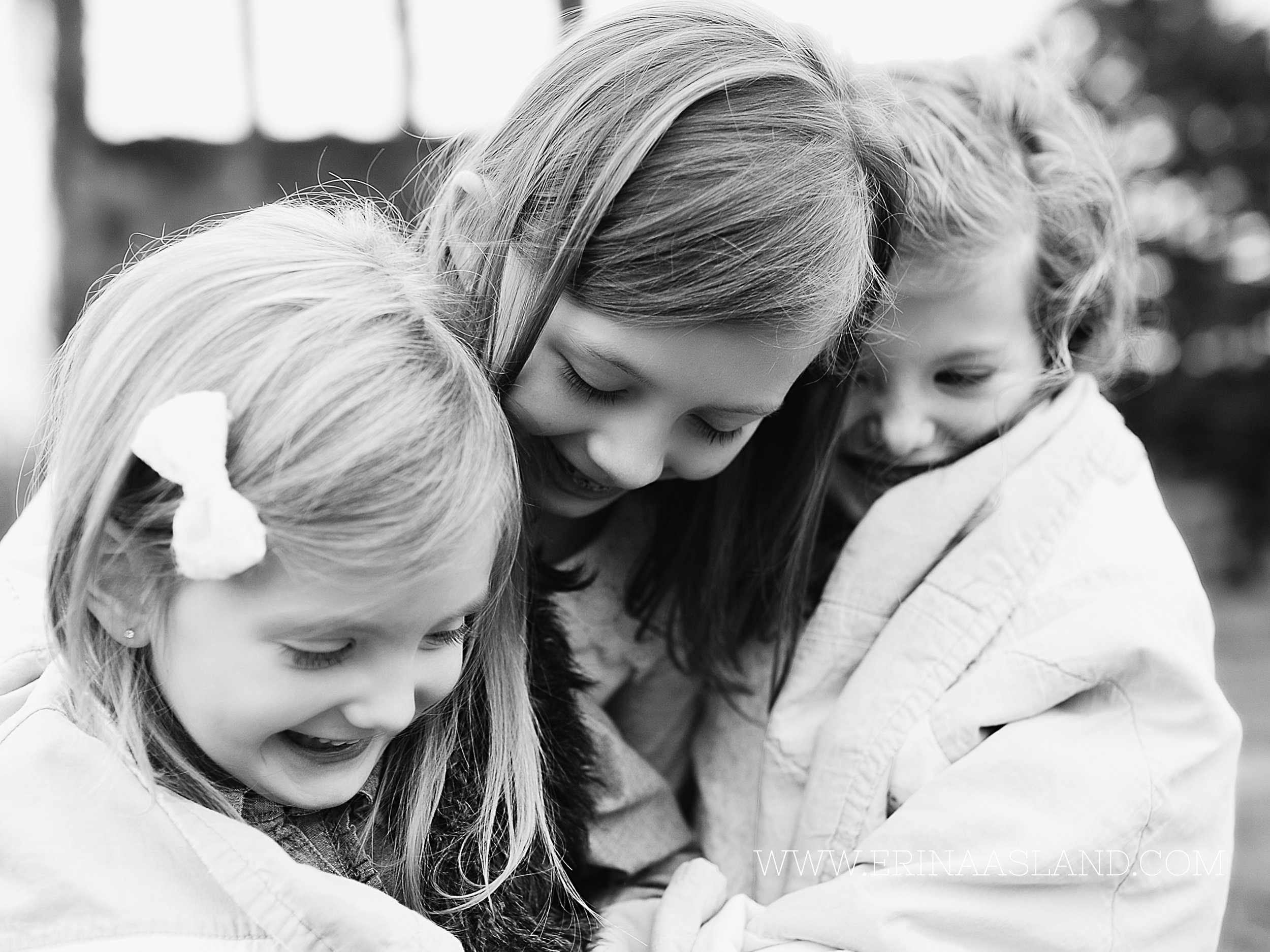 Erin Aasland Snoqualmie Childrens Photographer Sisters Wrapped in Blanket