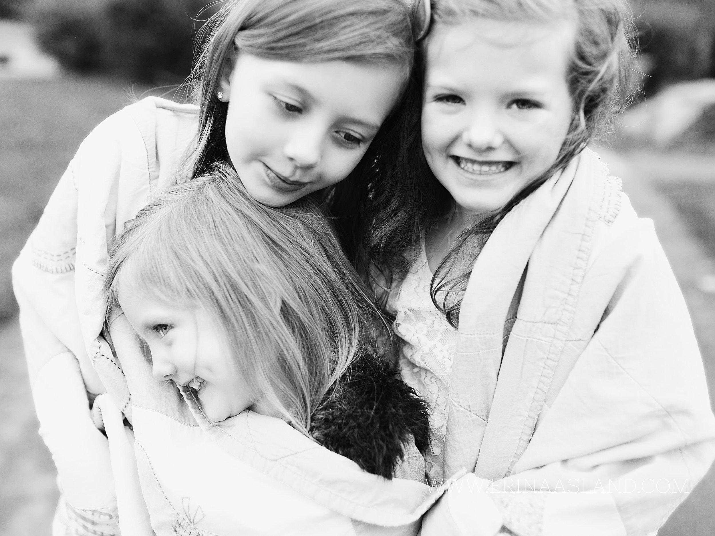 Erin Aasland Snoqualmie Children Photographer blanket sisters hug