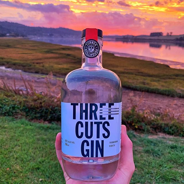 Sunset with a side of gin! 🌤 new Tasmanian spirits at @rosevearshotel! Three Cuts Gin, from @turnerstillhouse. Come down and try our new product! 👀  #TamarValley #Tasmania #gin #distillery #tamartours #wine #rosevearshotel #australia #seeaustralia #travel #tour #winetour #discovertasmania  #redwine #tourist #sparklingwine #winetasting #vineyardvines #explore #vacation