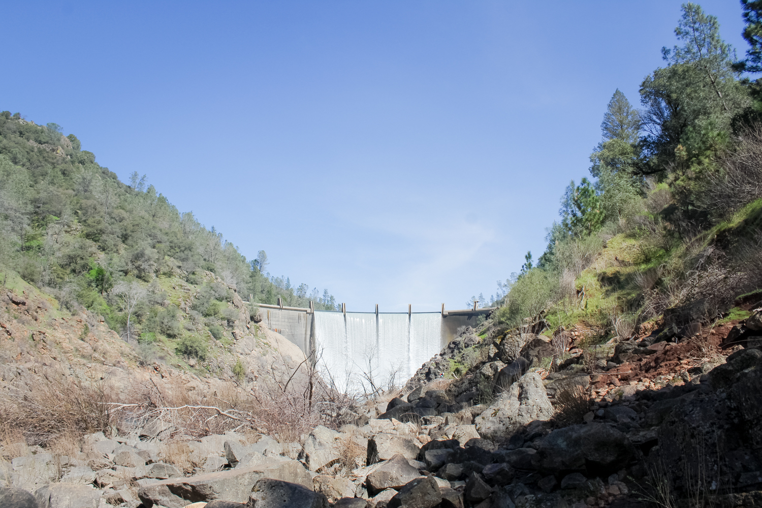 Hiking at Lake Clementine dam in Auburn, CA | easy northern california hikes | tintedgreen