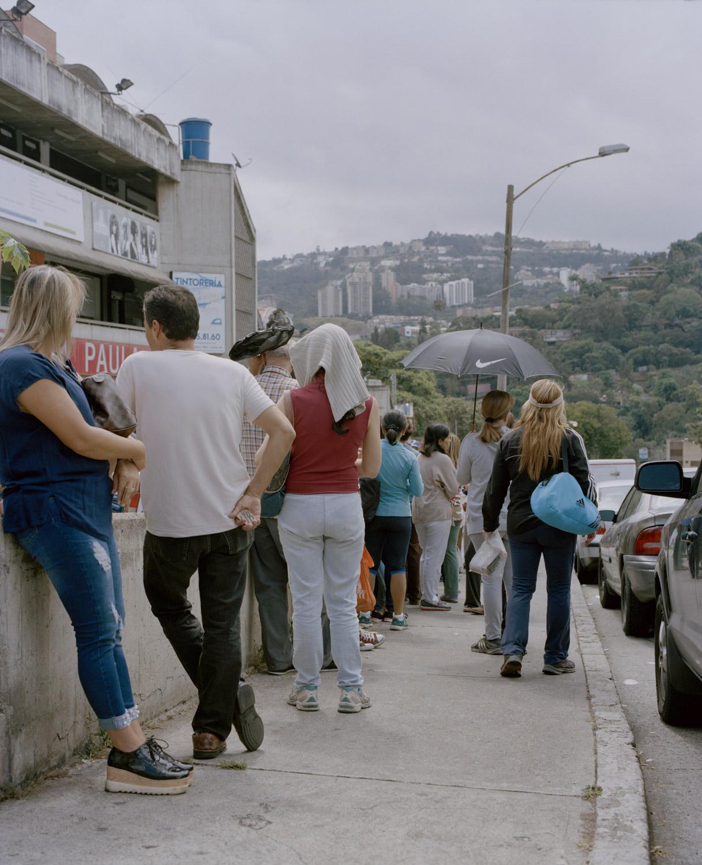 19. Queue at supermarket in Caracas.jpg