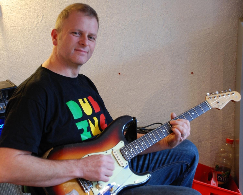 Uwe Sicks mit seiner Fender Stratocaster