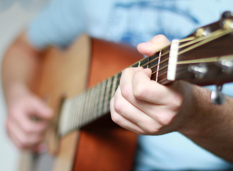 Vor dem Kauf jede Gitarre ausgiebig in allen Lagen spielen! Vertraut euren Fingern und Ohren mehr als jedem Verkäufer.