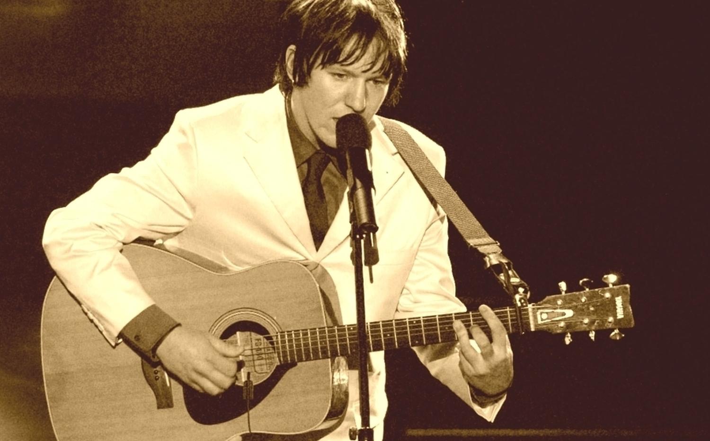 Elliott Smith wurde seine ganze Karriere hindurch von einer  Yamaha -Akustikgitarre begleitet.