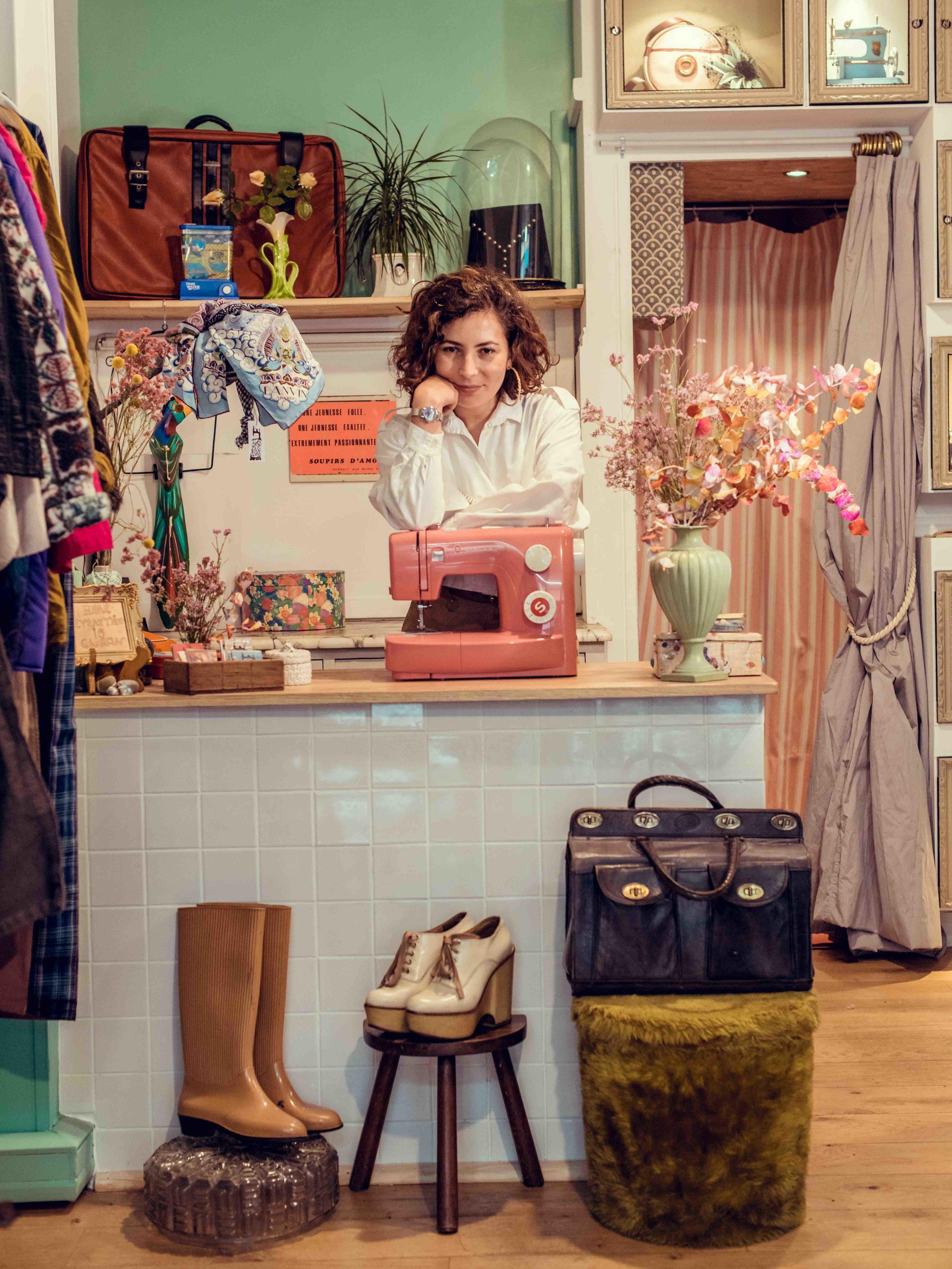 La boutique - Headless St Denis est une boutique vintage pas comme les autres. Née d'une plateforme participative, elle se veut créative, inventive, accessible et moderne. Entre une boutique et un atelier, elle est équipée d'une machine à coudre, d'une machine à tricoter et de toutes sortes de choses pour faire des merveilles...La sélection y est pointue et originale: de la couleur, beaucoup d'imprimés, du labélisé si mérité mais pas de marque pour la marque.La période de prédilection s'étend des années 70 à 2000, soit du pantalon pattes d'eph de B.B. au micro top argenté de Britney. On y shope et troque, avec possibilité de retoucheou custom sur place!C'est Jasmine Pellegrino, lauréate du concours ELLE Solidarité Mode et diplômée de l'école de stylisme du Studio Berçot, à Paris, qui déniche, répare et transforme les vêtements.