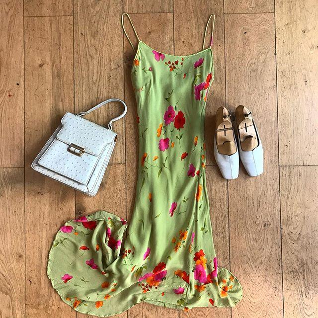 Silk dress T.XS, ostrich bag and mules available 🌸 . . . .  #vintage #vintageshop #vintageparis #vintageshopping #friperie #friperieparis #friperieenligne #headlessparis #pigalle #sopi #shoppinginparis #parisienne #paris #dress #dressoftheday #flowers #flowerpower🌸 #beauty #ootd #ootdfashion #outfit #outfitinspiration #vintageoutfit