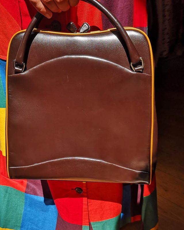PRADA bag available 💔 . . . .  #vintage #vintageshop #vintageparis #vintageshopping #friperie #friperieparis #friperieenligne #headlessparis #pigalle #sopi #shoppinginparis #parisienne #paris #prada #pradabag #vintageprada