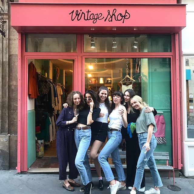 Good people with good vibes 💔 Love you all girls! . . . .  #vintage #vintageshop #vintageparis #vintageshopping #friperie #friperieparis #friperieenligne #headlessparis #pigalle #sopi #shoppinginparis #parisienne #paris
