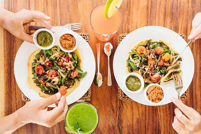 Vivo Nosara serves great food too, so it had to be shot. Got those natural hand models in there. 🖐🏼✌🏼@livelifelikelauren @tiana.yoga  #costarica #puravida #food #vegan #pizza #juicebar #vivonosara #nosara #hotel #boutiquehotel #travel #travelphotographer