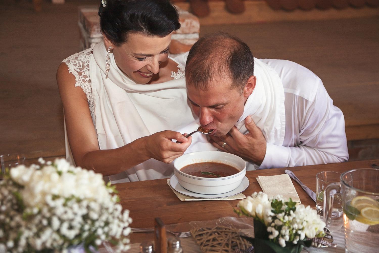 svatebni-tradice-zvyky-a-povery-spolecne-pojidani-polevky.jpg