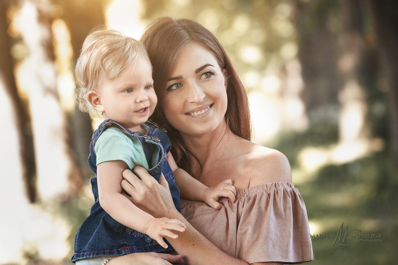Rodinný portrét maminky s malou dcerkou v náručí. Fotografii jsem vyfotil v botanické zahradě v Praze.