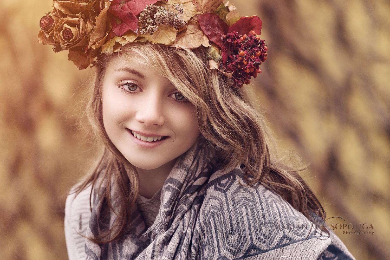 Podzimní portrétní focení teenagerů v Praze na Petříně. Slečna s čelenkou s barevného listí a šálou kolem krku.