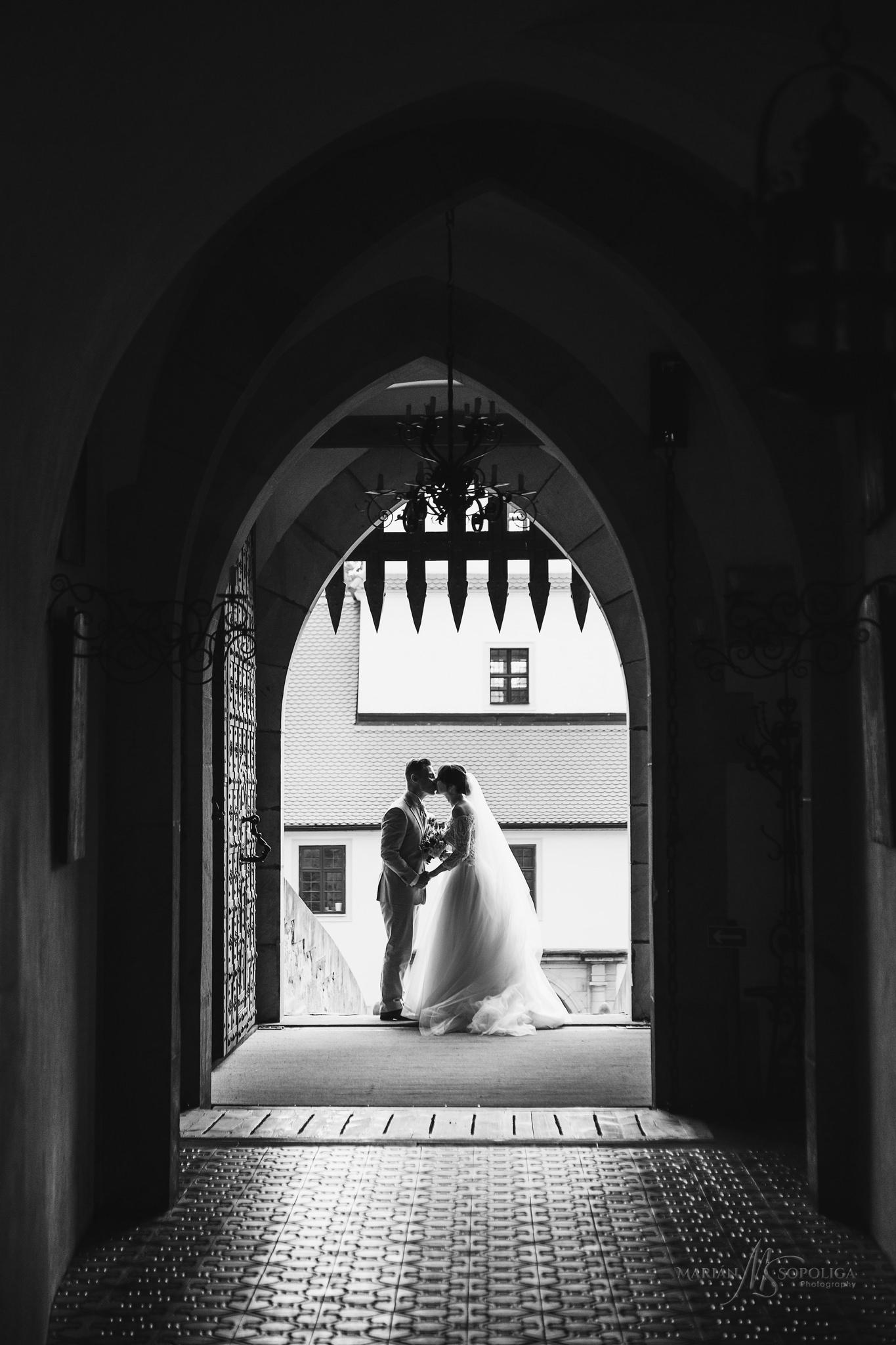 svatebni-foto-zenicha-a-nevesty-hrad-bouzov-silueta-manzeleskeho