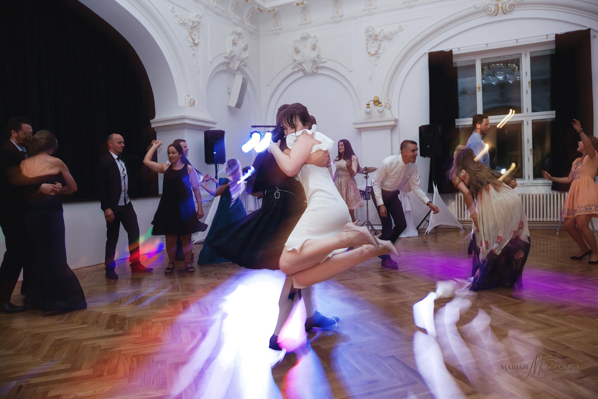 reportazni-svatebni-fotografie-z-vecerni-zabavy-v-dome-u-parku-v
