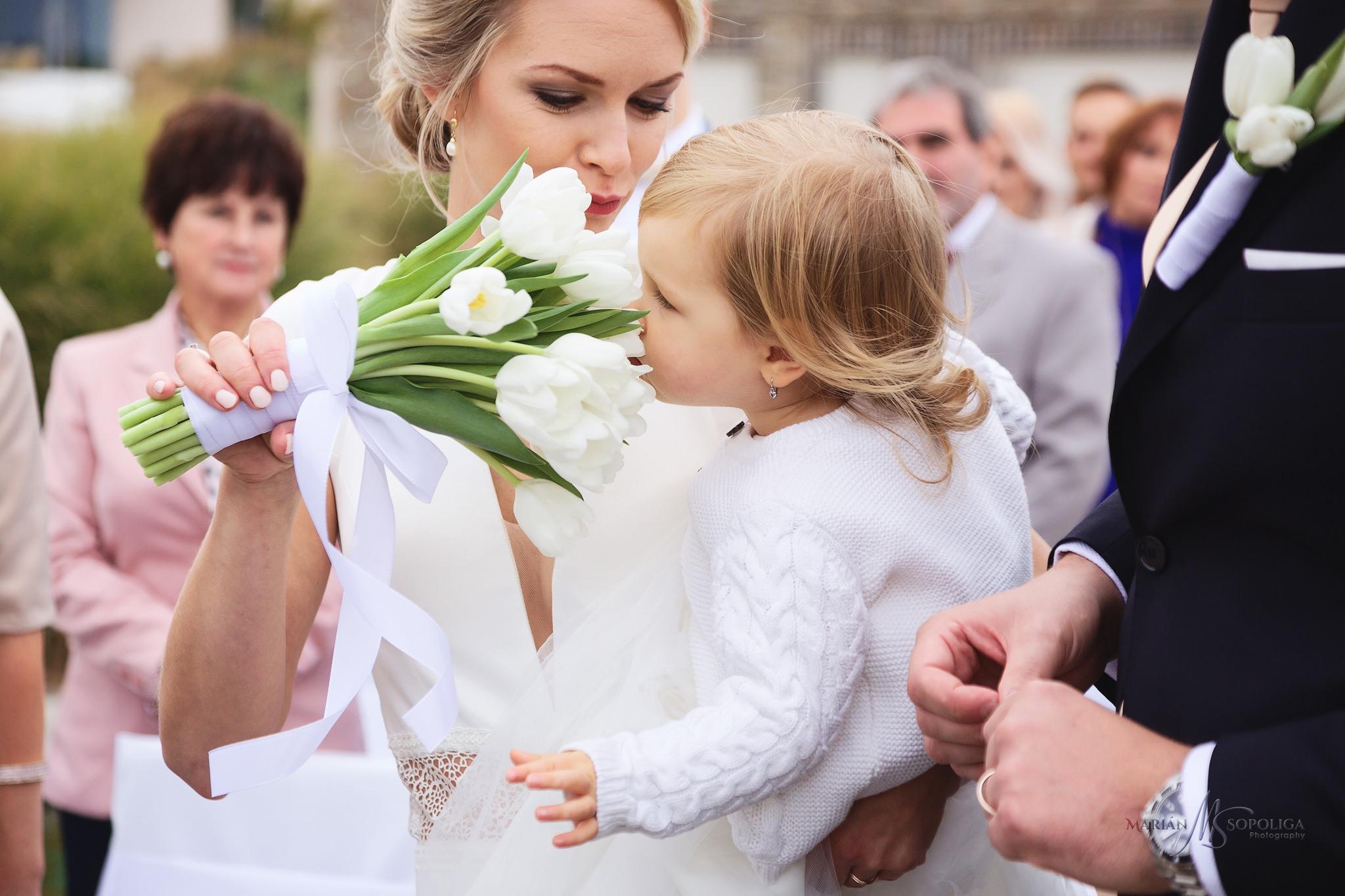 reportazni-foto-z-obradu-nevesta-s-dcerkou-ze-svatby-v-hotelu-vi