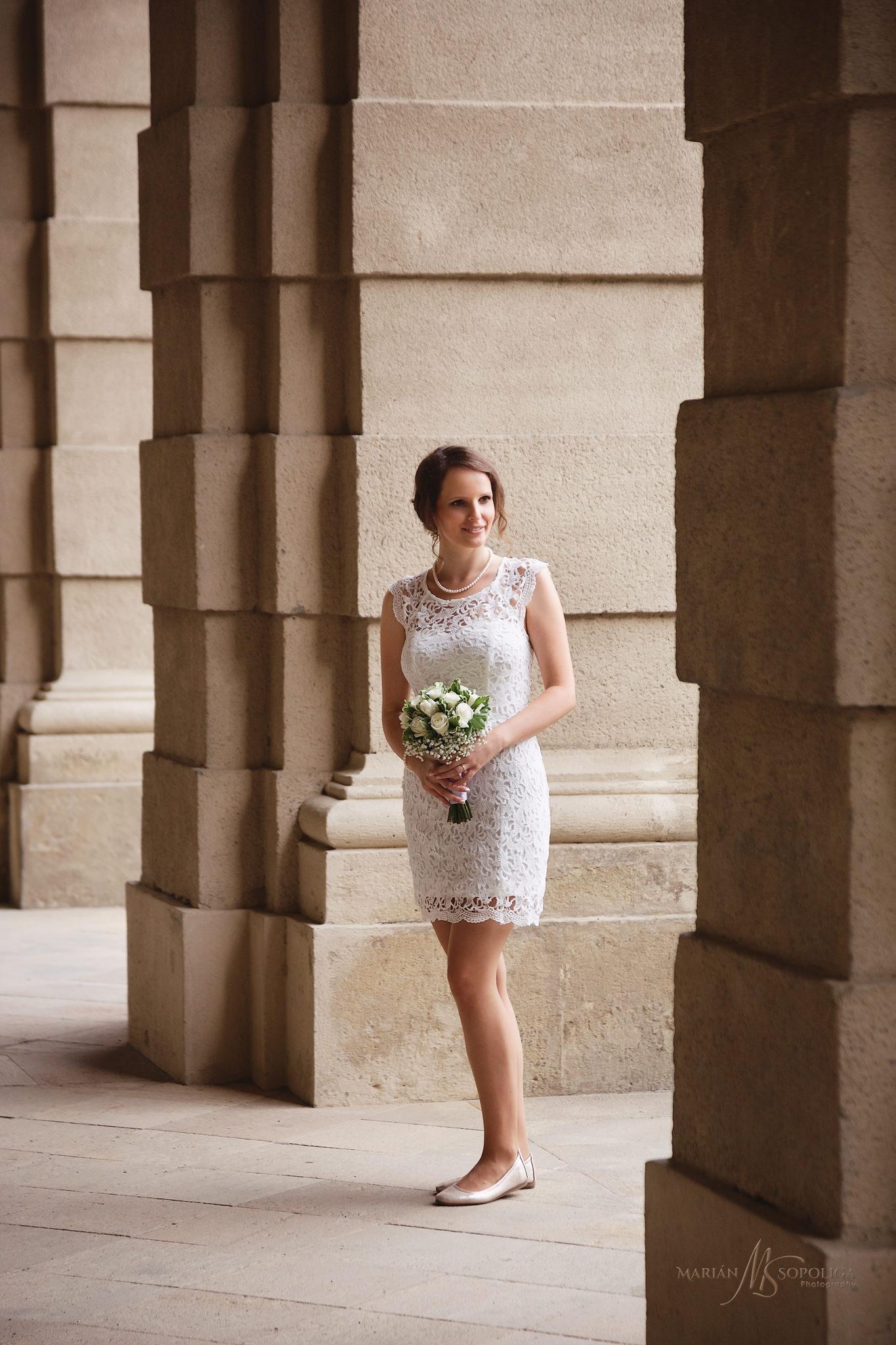 portretni-svatebni-fotografie-nevesty-s-kytici-v-podzamecke-zahr